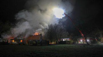 Grote woonboerderij in brand